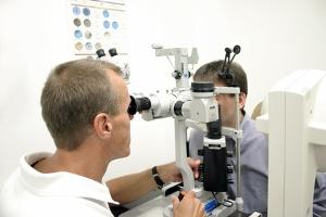 Für die Höhe von einem Schmerzensgeld bei einer Augenverletzung kann die Behandlungsdauer bedeutend sein.