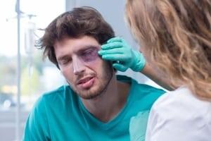 Schmerzensgeld: Bei einer Augenverletzung kann ein Anspruch bestehen.