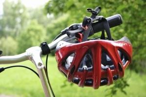 Auch ein fehlender Helm kann Einfluss auf die Anspruchshöhe beim Schmerzensgeld nach einem Fahrradunfall haben.