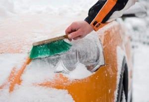 Bei tiefem Schnee können Schneeketten und Gleitschutzsysteme helfen.