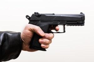 Eine Schreckschusswaffe sieht echten Schusswaffen sehr ähnlich, verschießt jedoch keine Projektile.