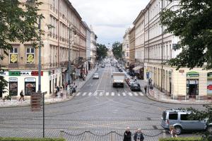 Der Sicherheitsabstand in der Stadt sollte bei 50 km/h drei Autolängen betragen.