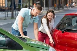 Missachten Sie den vorgeschriebenen Sicherheitsabstand innerorts, kann dies leicht zum Unfall führen.