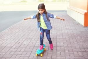 Mit dem Skateboard fahren lernen: Für Anfänger kann dies ein schwieriges Unterfangen sein.