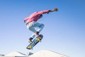 Damit Sie sicher auf dem Skateboard fahren, sollten Sie auch auf die passende Kleidung und geeignete Schuhe achten.