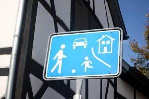 Tempolimit in der Spielstraße: Welche Geschwindigkeit ist gesetzlich vorgeschrieben?
