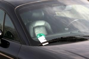 Ein Strafzettel am Auto - für viele ein Ärgernis.