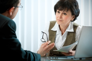 Möchten Sie gegen einen Strafzettel bzw. Bußgeldbescheid Einspruch einlegen, kann Sie ein Anwalt beraten.