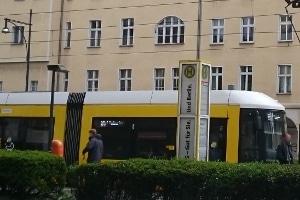 Pkw gegen Straßenbahn: Bei einem Unfall mit den Vieltonnern sind schwerste Verletzungen möglich.