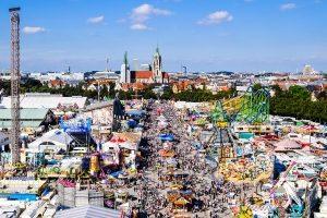 Wer auf öffentlichen Plätzen ein Volksfest veranstalten möchte, benötigt gemäß Straßenrecht eine Sondergenehmigung.