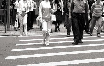 Die Straßenverkehrsordnung sieht für Fußgänger ein Bußgeld vor, wenn sie eine Fußgängerampel bei Rot überqueren