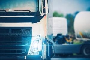 Tagfahrlicht muss bei neu zugelassenen PKW und LKW serienmäßig vorhanden sein.