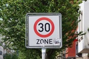 Ein Tempolimit kann auch per Schild definiert werden.