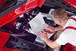 Ein TÜV-Gutachter untersucht Ihren Unfallwagen gründlich und trifft dann eine Aussage zu nötigen Reparaturen.
