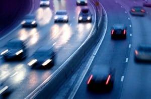 Das unsachgemäße Überholen auf der Autobahn ist eine der Hauptunfallursachen.
