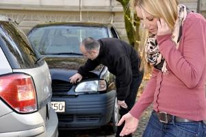 Unfall mit Winterreifen im Sommer: Der Bremsweg kann sich maßgeblich verlängern.
