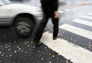 Bei einem Unfall am Zebrastreifen haben Fußgänger den Kfz nur wenig entgegenzusetzen. Schwere Schäden drohen.