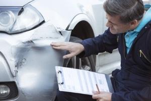 Beim Unfallgutachten wird das Kfz umfassend untersucht.