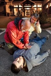 Richtiges Verhalten bei einem Unfall schließt Erste Hilfe mit ein.