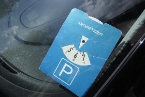 Nach den Verkehrsregeln in Dänemark darf beim Parken der Viertelstunden-Takt eingestellt werden. Für deutsche Parkscheiben bleibt dies jedoch unzulässig.