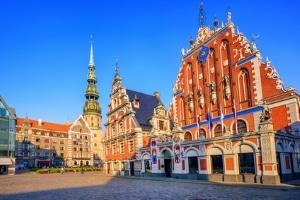 Sehen die Verkehrsregeln von Lettland für Urlauber Besonderheiten vor?
