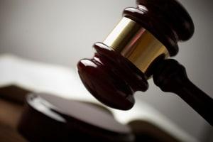 Einen Verkehrsunfallbericht zu schreiben, ist wichtig für die Versicherung und eventuelle Gerichtsverhandlungen.