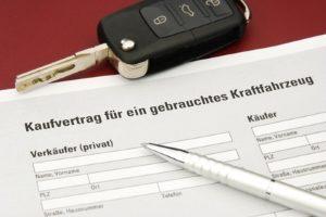 Das Verkehrsvertragsrecht sieht beim Gebrauchtwagenkauf von Privatpersonen Besonderheiten vor.