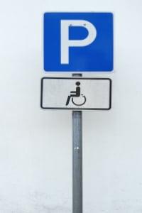 Das Verkehrszeichen 314 (Parken) wird durch das Piktogramm eines Rollstuhlfahrers ergänzt.