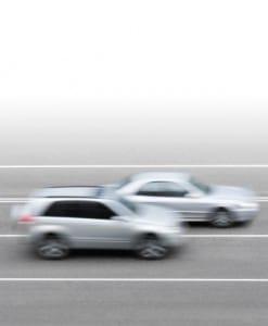 Zwei Autos fahren vorbei