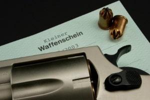 In Deutschland ist der Waffenbesitz ohne einen Waffenschein möglich und auch die Regel.