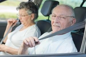 Es existieren diverse Warnsignale, bei denen Sie überlegen sollten, auf das Autofahren im Alter zu verzichten.
