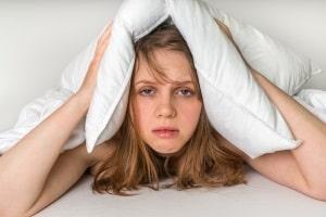 Was kann man tun gegen Restalkohol? Leider hilft nur abwarten - wer schläft, baut den Alkohol nicht schneller ab.