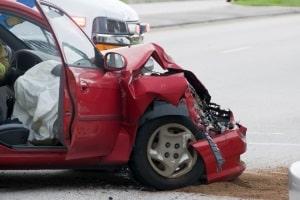 Ein Autounfall auf dem Weg zur Arbeit kann ein Wegeunfall sein.