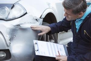 Wie hoch die Wertminderung bei einem Unfall ist, ermittelt der Kfz-Gutachter.