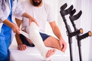 Wie bekommt man Schmerzensgeld? Ein Antrag ist notwendig.