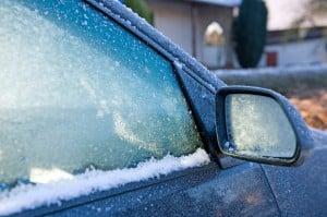 Im Winter: Scheibenwischer sollten Sie vorsichtig von den Scheiben gelöst und nicht als Kratzer missbrauchen.