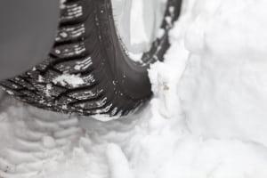 Auch bei Winterreifen ist kein Alter vorgegeben. Aber auch Sie sollten nicht erst bei Rissen getauscht werden.
