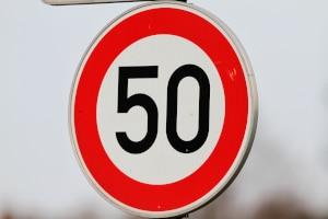 Die zulässige Höchstgeschwindigkeit innerhalb geschlossener Ortschaften beträgt in Deutschland 50 km/h.